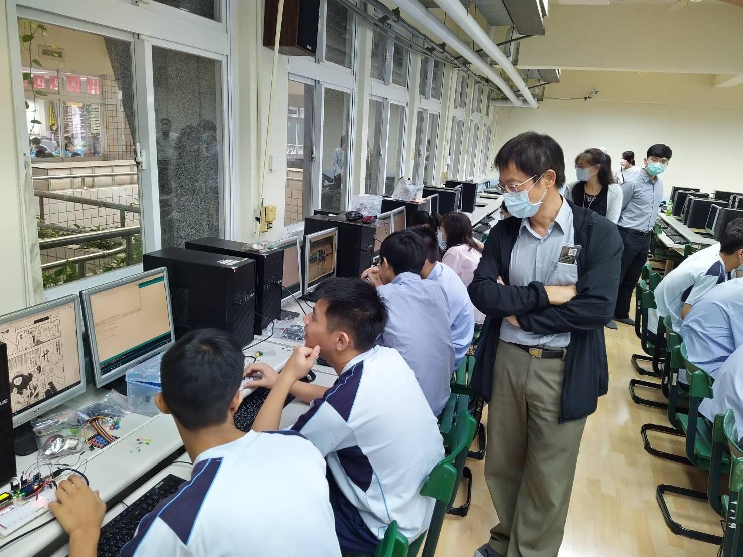 南山高中觀議課活動名稱為:物聯網概論 / 按鈕開關控制LED燈