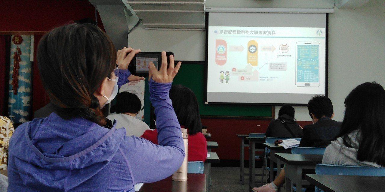 教育局長張明文表示,新課綱對高中而言是重要的挑戰,希望學生都能展現出自我特色、為自己加分。